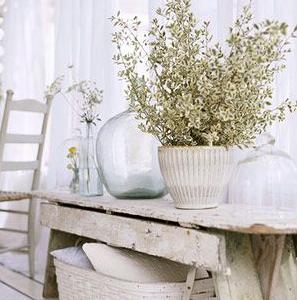 mesa rustica y ramo flores