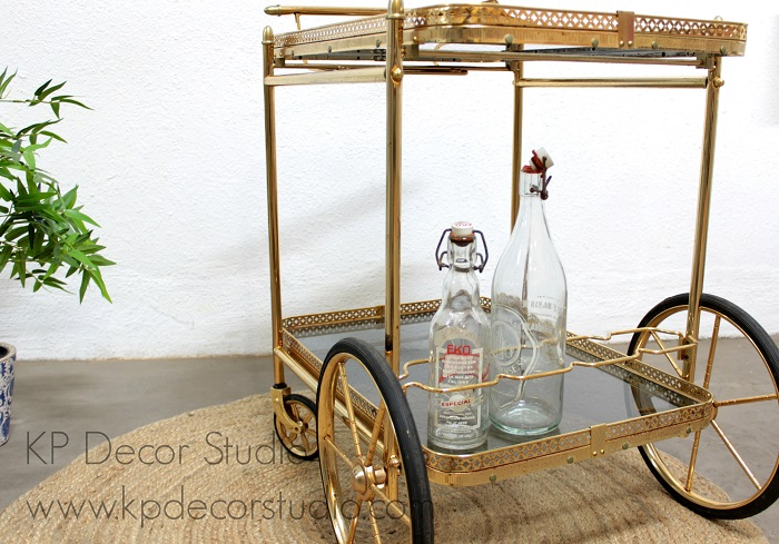 Camarera vintage dorada con ruedas altas