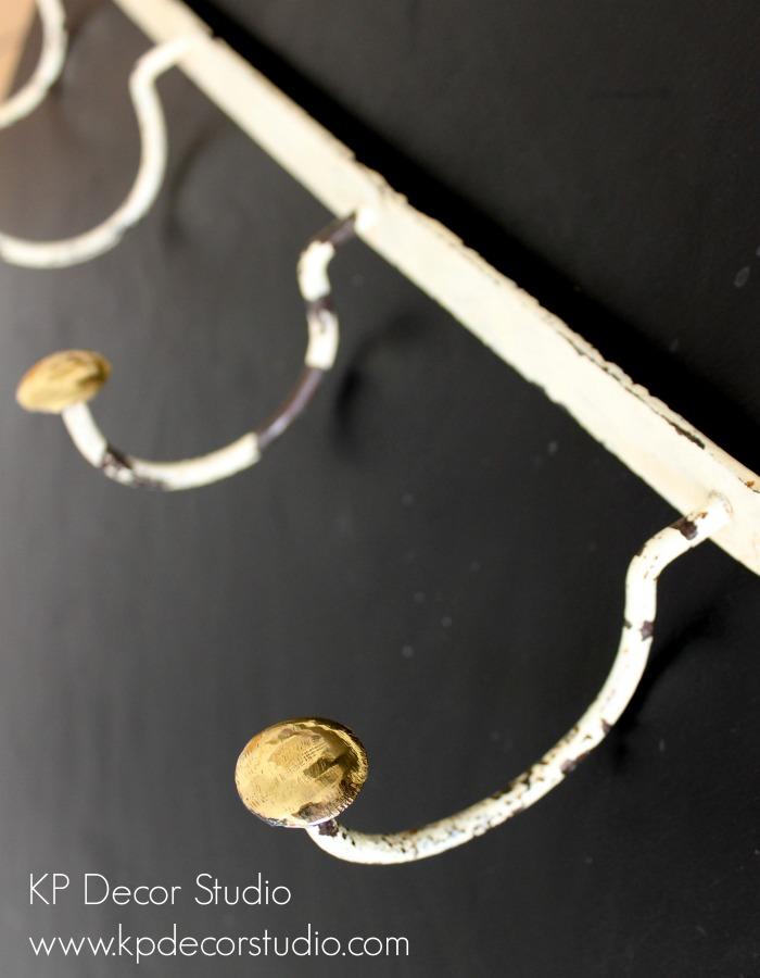 Colgadores y perchas antiguas de latón restauradas.