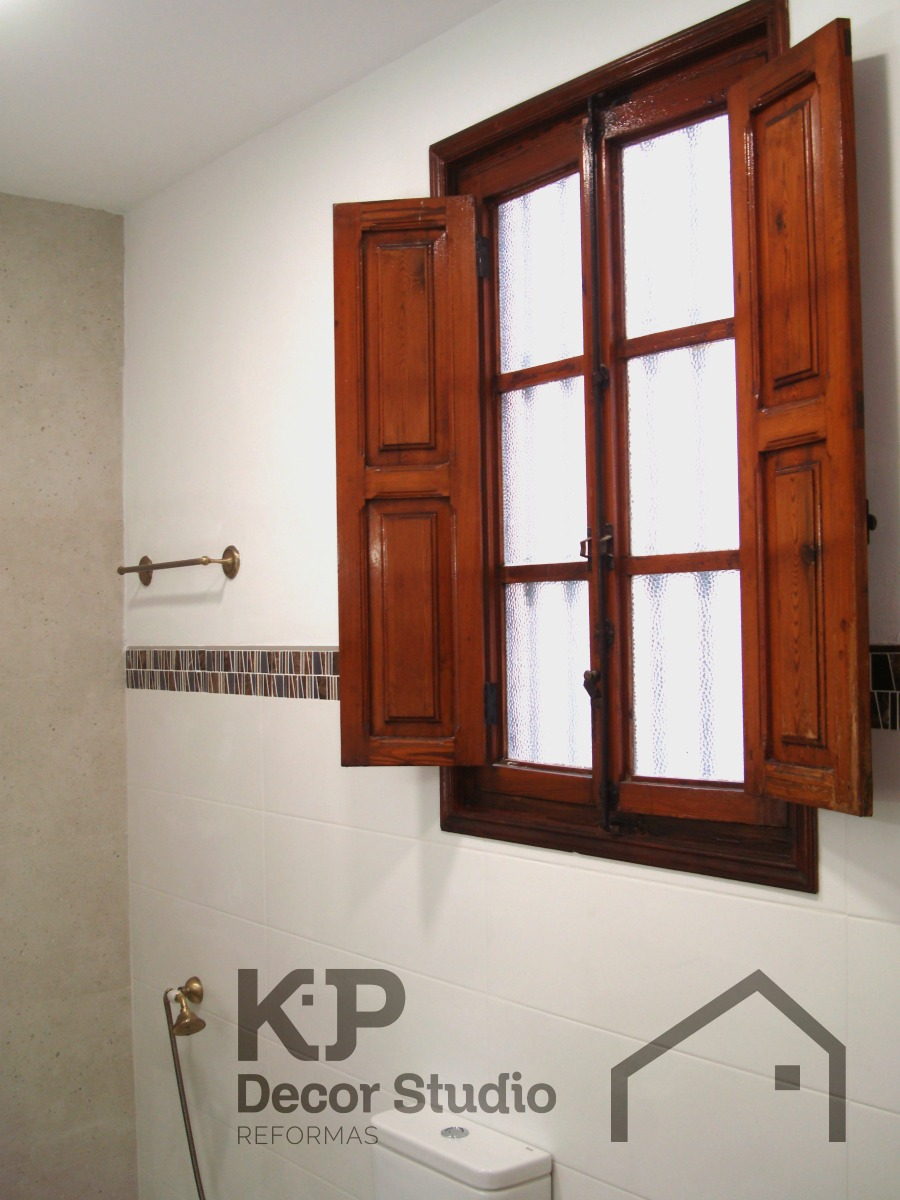 contacto_reformas_cuarto_de_baño_antiguo_ventana_madera ...