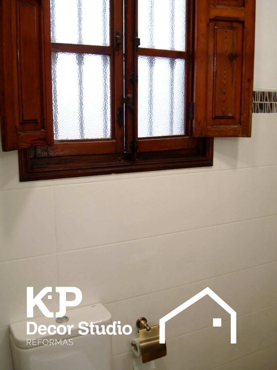 Cuartos de baño modernos estilo rústico.