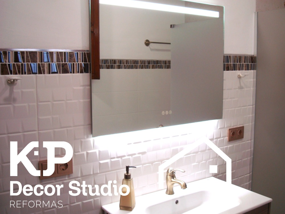 Cuartos de baño modernos. Espejo táctil.