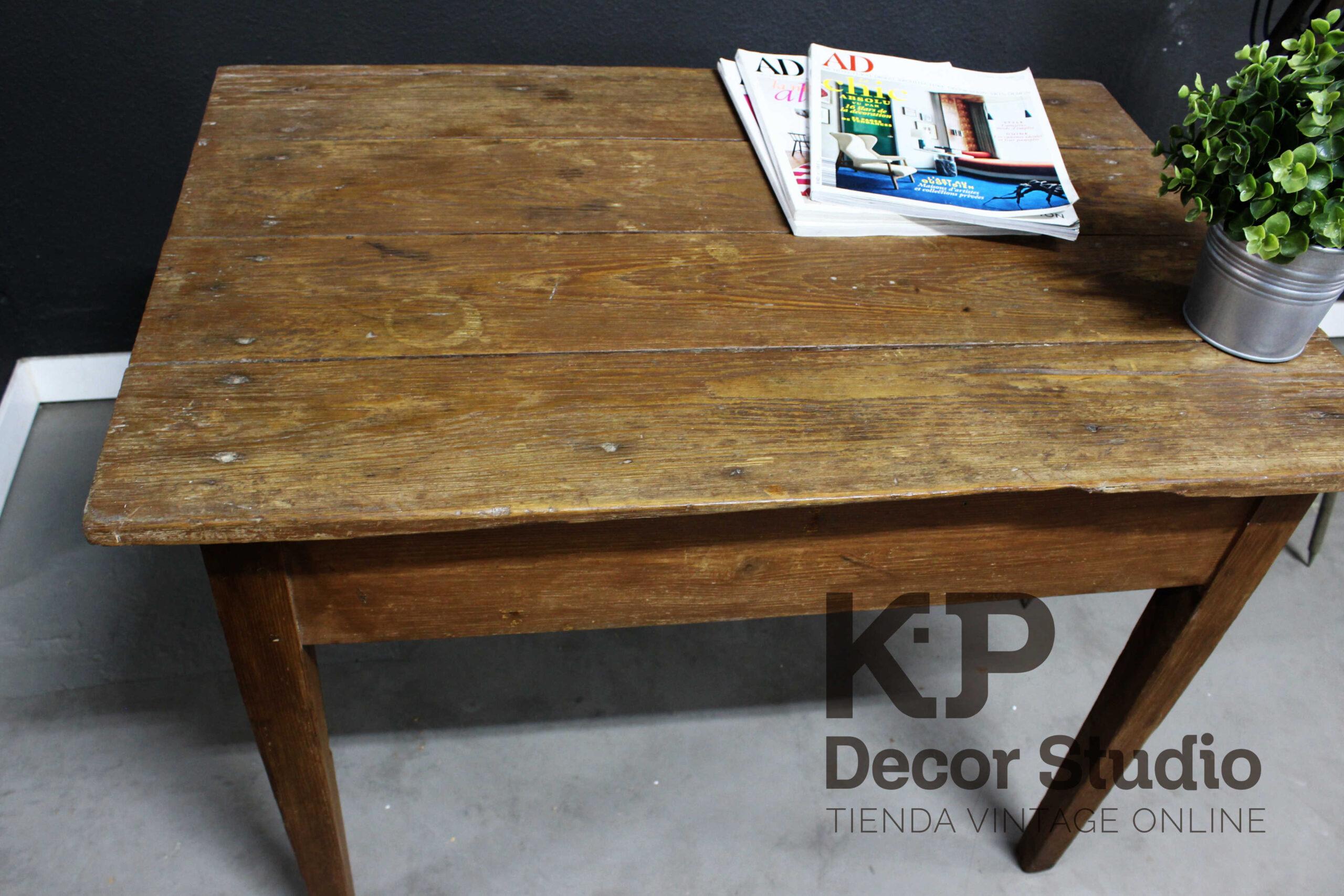 Mesita de madera antigua