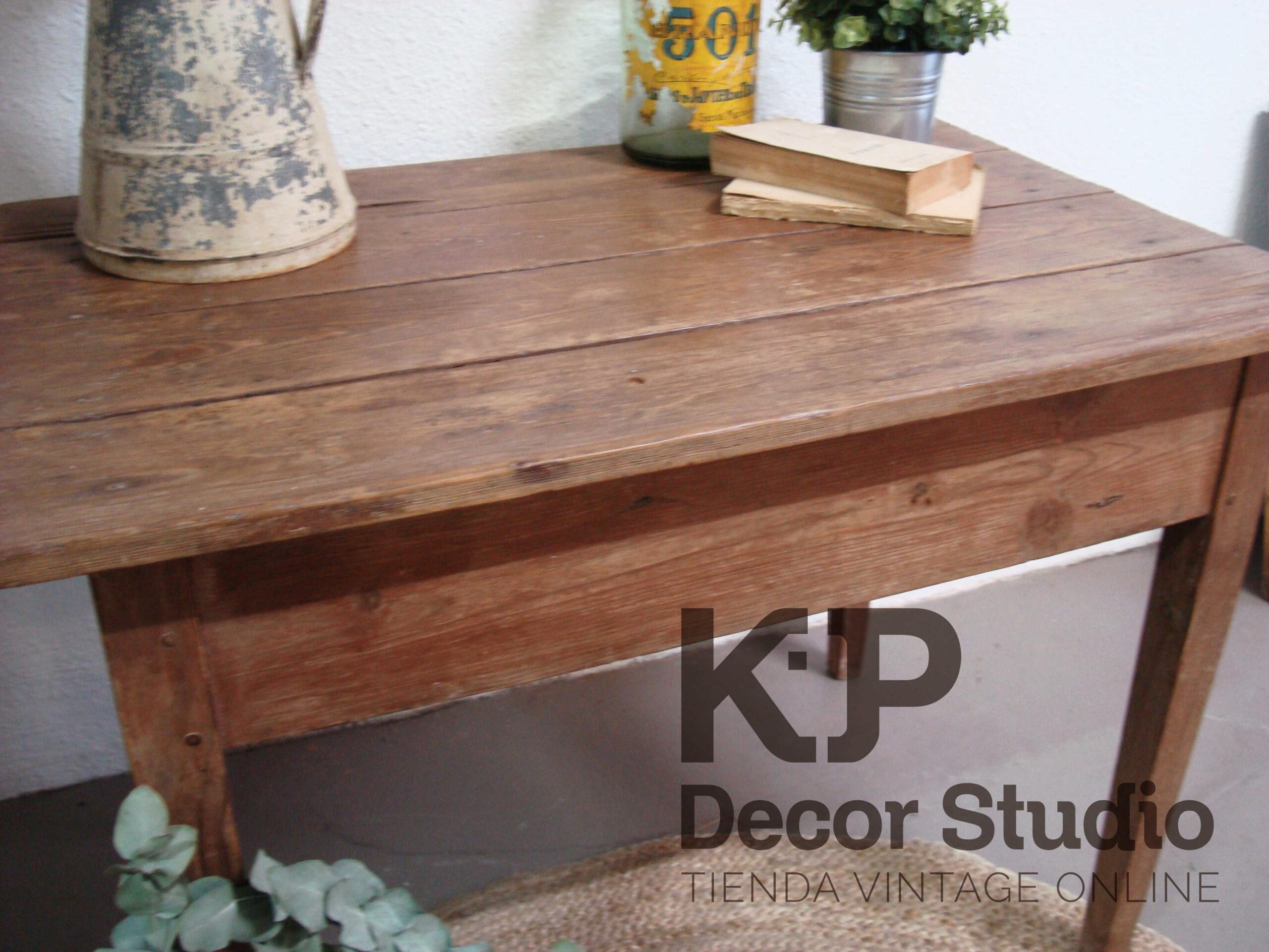 Tienda-muebles-vintage-madera-pino-mesas-auxiliares-tocineras